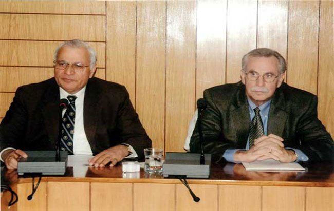 Prof. William Fitwgibbon, Dean, College of Technology, University of houston, USA, visited University and delivered lectures on Jan. 25, 2008., 2011